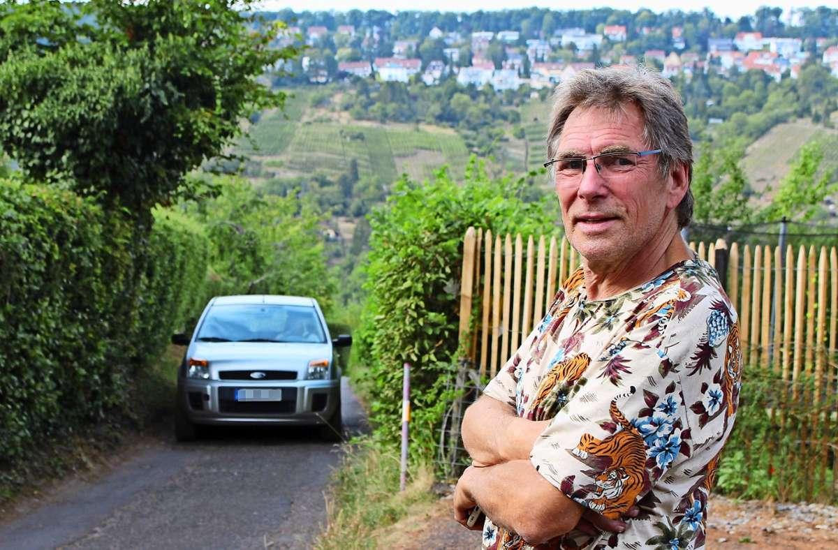 Schon wieder einer: An Dieter Krämers Garten fahren ständig Autos vorbei. Foto: Caroline Holowiecki