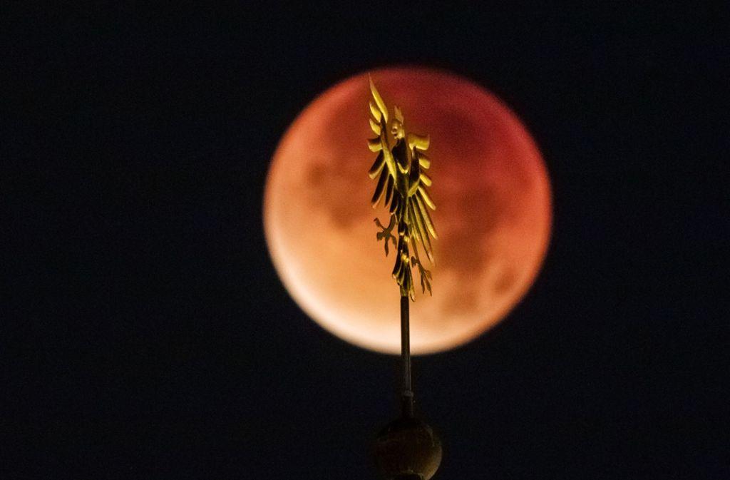 Himmelsgucker sollten den Freitag (27. Juli) rot im Terminkalender markieren: Dann ist am Abendhimmel über Deutschland die längste totale Mondfinsternis des 21. Jahrhunderts zu sehen. Foto: dpa