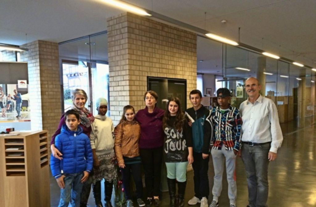In Ebersbach singen  Flüchtlingskinder und Betreuer  für den Bürgermeister  Vogler. Das ist eines von vielen Beispielen, wie sich ehrenamtliche Helfer in der Flüchtlingsarbeit im Kreis engagieren. Foto: