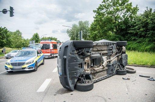 BMW kippt bei Kollision auf die Seite