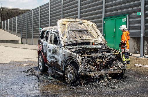 Auto fängt Feuer und brennt aus
