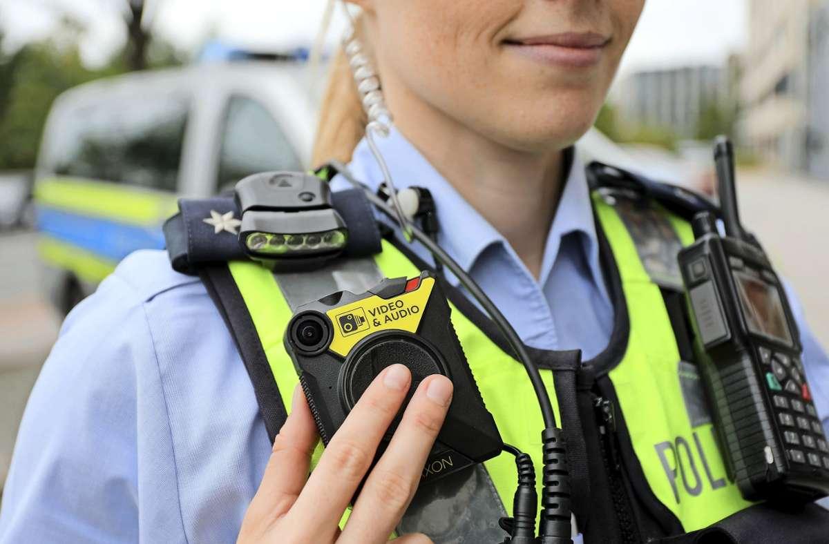 Die meisten Bundesländer haben mittlerweile ihre Polizei mit Körperkameras, sogenannte Bodycams, ausgestattet – hier eine Beamtin in Nordrhein-Westfalen. Foto: Oliver Berg/dpa/Oliver Berg