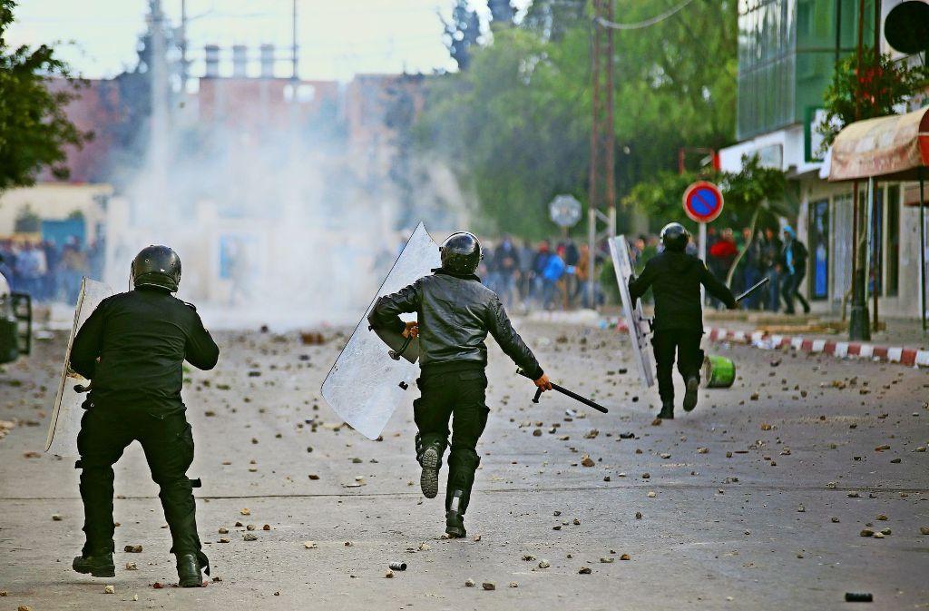 Die Polizei in Tunesien geht oft mit großer Härte gegen Demonstranten vor. Wie hier bei Protesten Jugendlicher in Tunis für mehr Arbeitsplätze. Foto: EPA