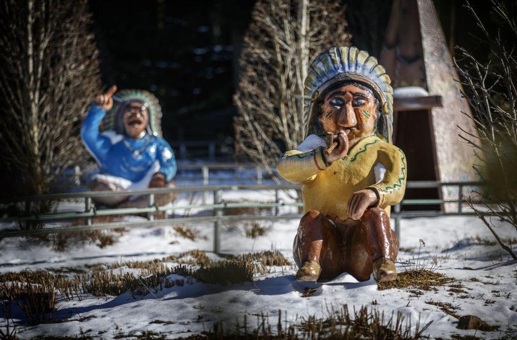 Die Schwabenpark-Indianer stehen noch im Schnee. Foto: Gottfried Stoppel