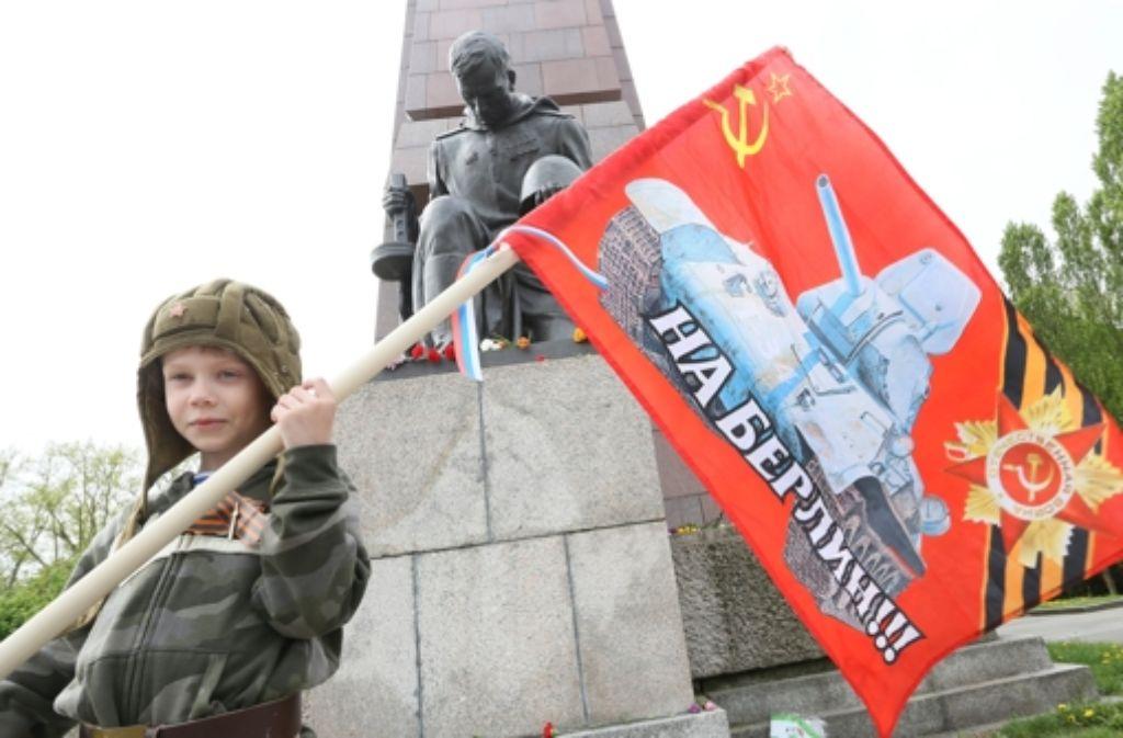 Auf nach Berlin steht auf der Fahne von Mark aus Russland, der mit seinen Eltern nach Berlin gekommen ist. Foto: dpa