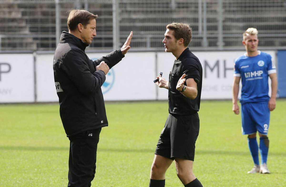 Kickers-Trainer Ramon Gehrmann im Gespräch mit dem Schiedsrichter rund um die Aktion. Foto: Baumann