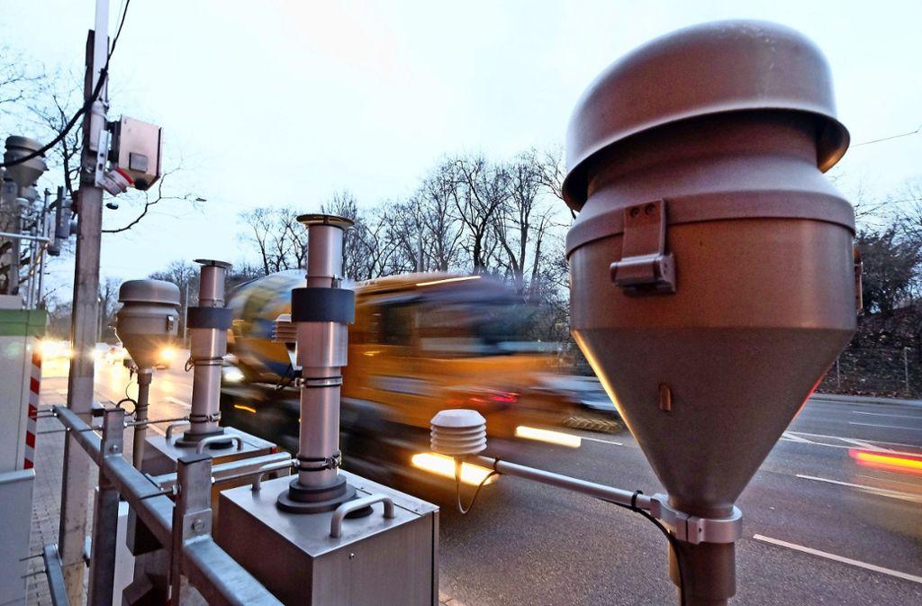 Nicht nur am Neckartor werden die Feinstaub-Grenzwerte immer mal wieder überschritten. Foto: dpa