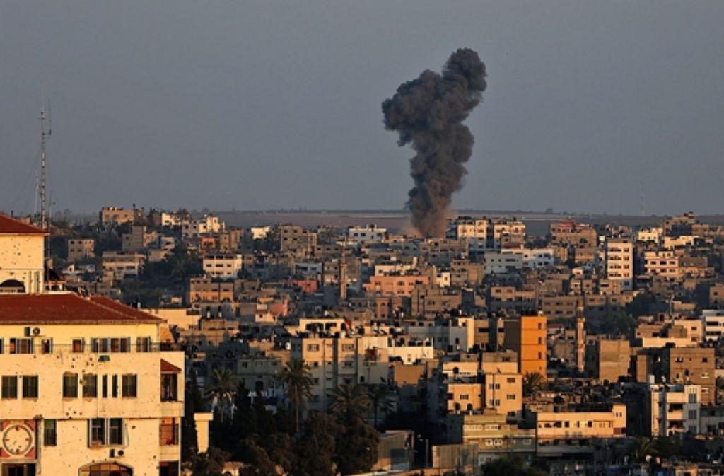 Eine Rakate schlägt in Gaza-Stadt ein. (Archivfoto) Foto: dpa