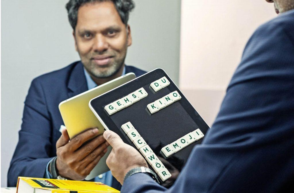 """""""Gehst du Kino? Isch schwör:"""" Kommunikations- und Online-Experte Murtaza Akbar sitzt vor einem Spiegel. In der Hand eine Aufstecktafel, daneben der Duden. Foto: Christof Mattes/Wortwahl"""