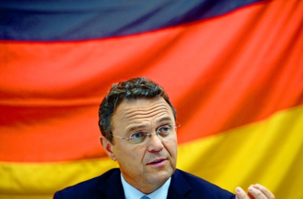 Hans-Peter Friedrich will ein Verbotsverfahren gegen die NPD nur anstoßen, wenn es genug Beweise gibt – die demokratischen Kräfte sollten sich aber nicht spalten lassen Foto: dapd