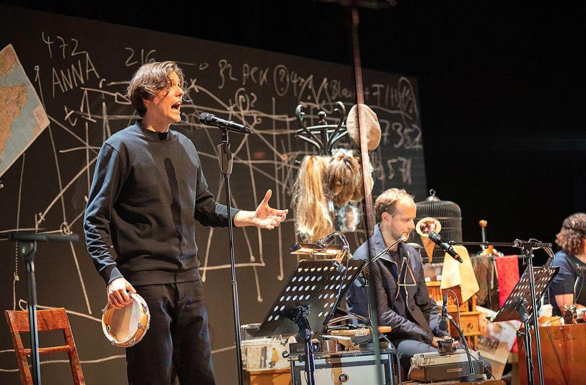 Der Junge mit dem Tamburin: Felix Strobel vorn in Aktion, hinter ihm Gabór Biedermann Foto: Schauspiel Stuttgart/Björn Klein