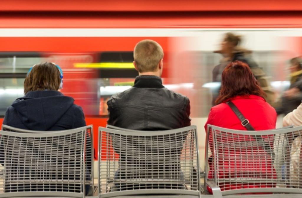 Stundenlang müssen Pendler am Montagnachmittag auf ihre S-Bahn warten. Foto: dpa/Symbolbild