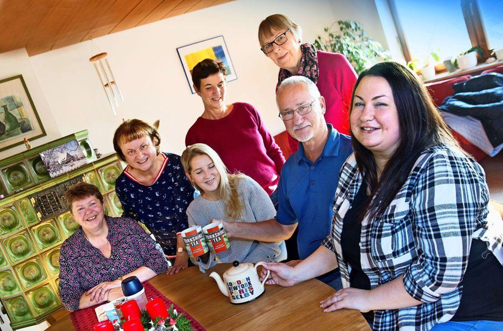 Andrea Faller, Ingrid Albicker, Stephanie Day, Renate Hertler, Werner Albicker, Pauline Boldison und Sarah Faller (von links) stoßen mit Tee aufeinander  an. Die Engländer aus Selby und die Deutschen aus Filderstadt besuchen sich regelmäßig gegenseitig. Foto: Horst Rudel