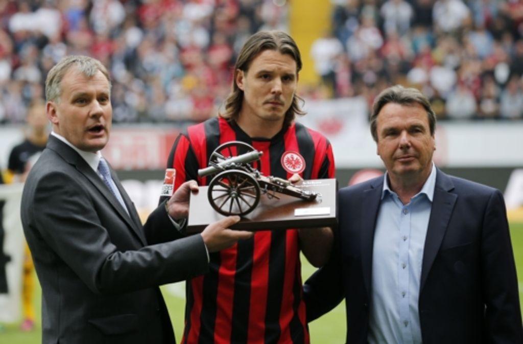 Der Frankfurter Spieler Alex Meier bekommt die Torjäger-Kanone überreicht. Foto: Bongarts/Getty Images