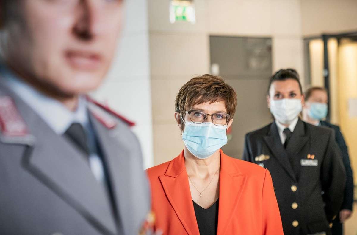 Das Ressort von Annegret Kramp-Karrenbauer bestätigte einen Bericht von NDR und MDR. (Archivbild) Foto: dpa/Michael Kappeler
