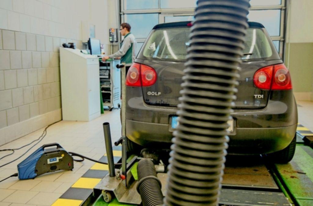 Ein Dieselfahrzeug des Typs Volkswagen Golf V     steht bei der gesetzlich vorgeschriebenen Abgasuntersuchung auf dem Prüfstand. Der in Ingolstadt aufgewachsene Matthias Müller sagt, dass er sich in Stuttgart sehr wohl fühle – er geht aber trotzdem  nach Wolfsburg. Foto: dpa