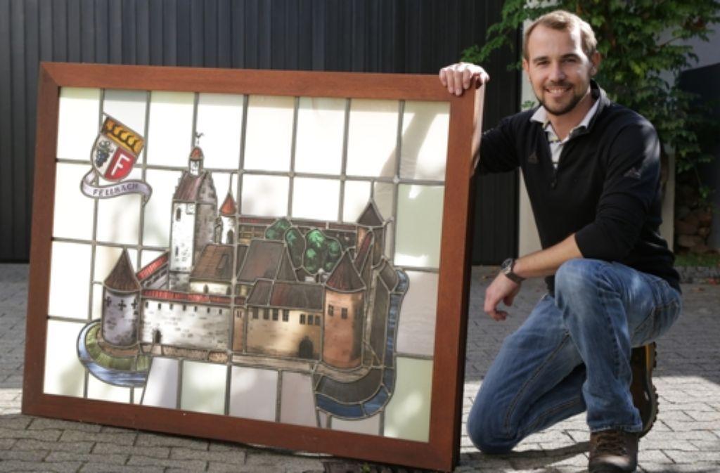 Matthias Aldinger versteigert dieses bleiverglaste Fensterbild. Foto: Patricia Sigerist