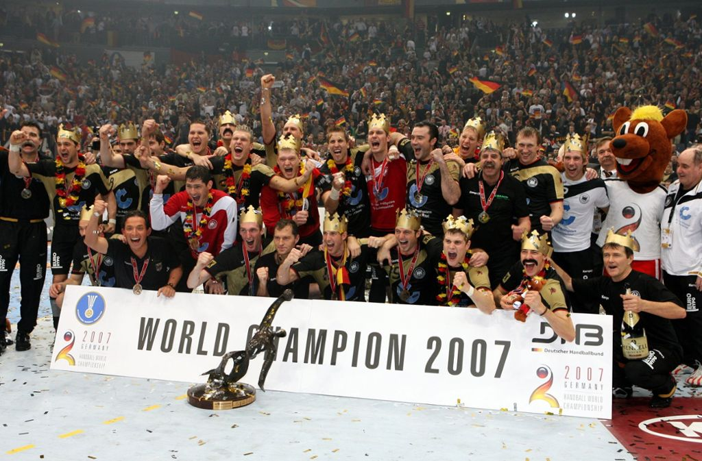 Im Jahr 2007 jubelte das deutsche Handball-Team bei der Heim-WM. In unserer Bildergalerie erinnern wir an den historischen Titelgewinn der Mannschaft von Bundestrainer Heiner Brand. Foto: dpa
