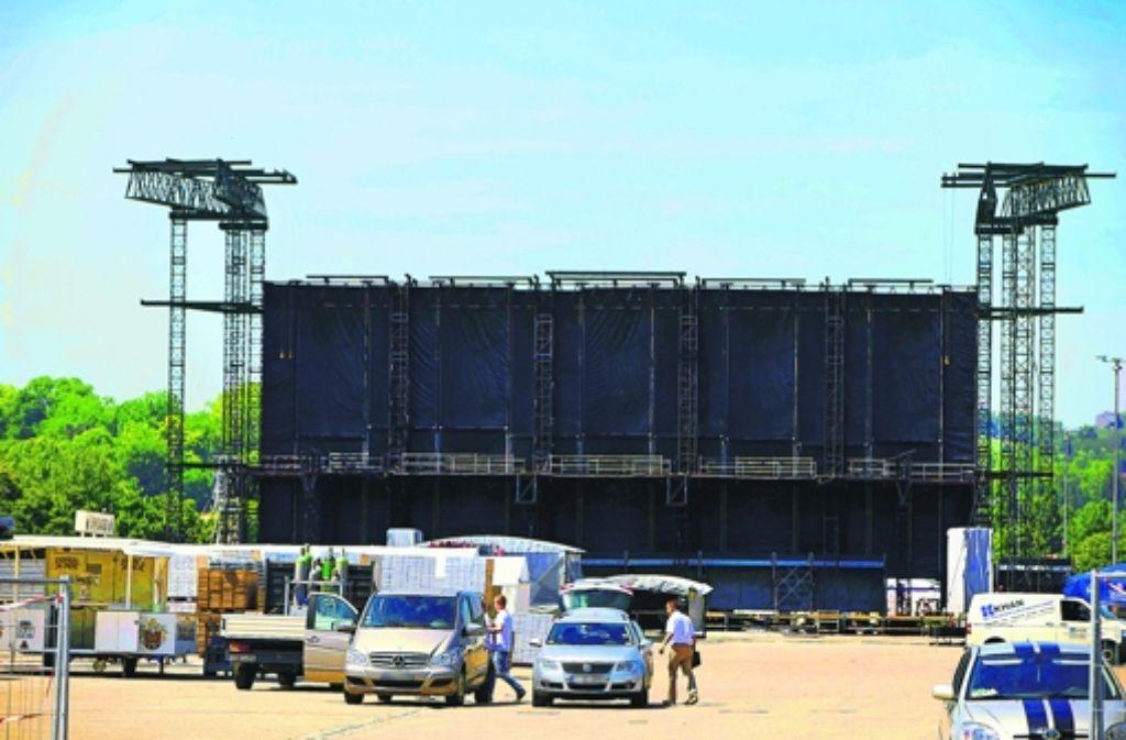 Wenn die Bühne für Bon Jovi auf dem Cannstatter Wasen fertig ist, gleicht sie der Schnauze eines Buik Electra 225, allerdings einige Nummern größer als im Original. Weitere Eindrücke vom Bühnenaufbau vor dem Konzert sehen Sie in der Bilderstrecke. Foto: Michael Steinert