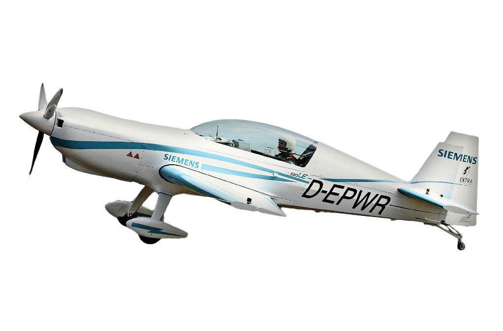 Mit dem  Sportflugzeug Extra 330LE  testet Siemens Elektroantriebe. Den Strom liefern Batterien. Künftige Elektroflieger könnten aber auch ganz anders aussehen. Foto: