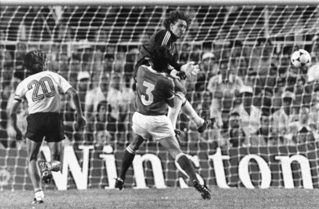 Am 8. Juli 1982 wurde der deutsche Torhüter Toni Schumacher zum Fußball-Feindbild aller Franzosen, nachdem er im WM-Halbfinale Patrick Battiston böse weggecheckt hatte. Foto: dpa
