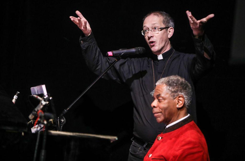 Pfarrer Axel Schwaigert wird bei der Preisverleihung von George Bailey am Klavier begleitet. Foto: Lichtgut/Christoph Schmidt