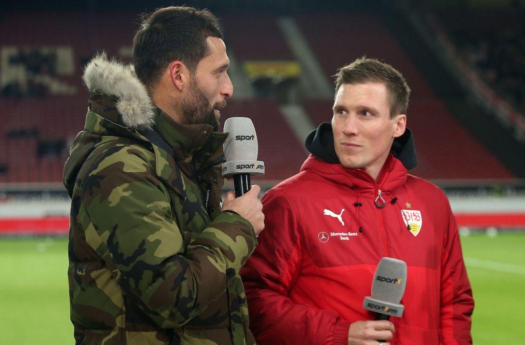 Immer noch nah am Geschehen: Ex-Nationalstürmer Kevin Kuranyi (li.) im Gespräch mit VfB-Trainer Hannes Wolf. Foto: Baumann