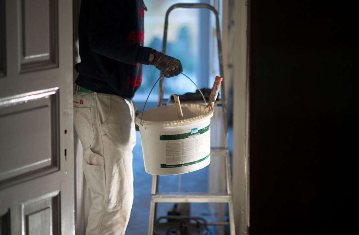 Wer in eine unrenovierte Wohnung zieht, kann den Vermieter zum Renovieren verpflichten – unter bestimmten Bedingungen. Foto: picture alliance / dpa/Axel Heimken