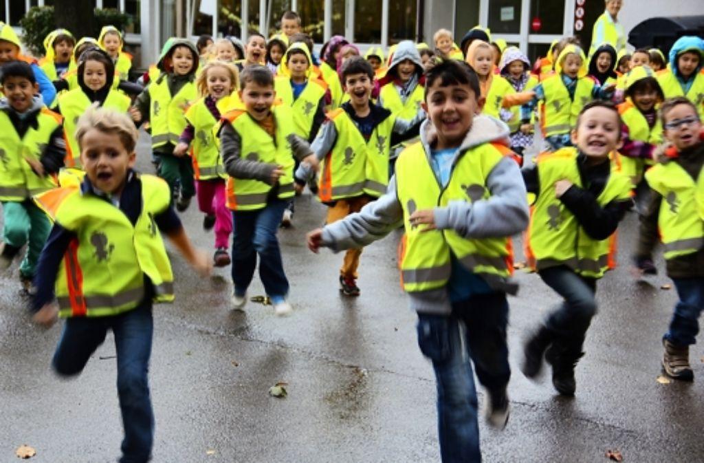 Gelb ist toll: Die Mädchen und Buben freuen sich über ihre neuen Westen. Damit sind die kleinen Verkehrsteilnehmer auch aus 100 Meter Entfernung zu erkennen. Foto: Bernd Zeyer