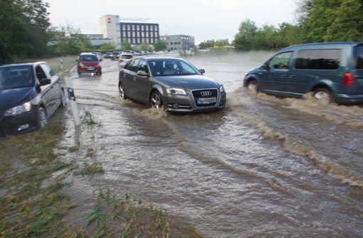 Sintflutartige Niederschläge überfluten Straßen und Gebäude