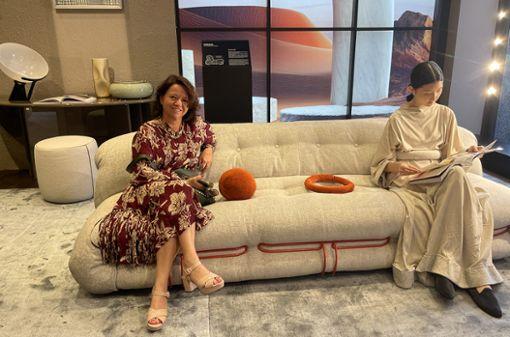 "Barbara Benz nimmt auf dem neuen Sofa ""Soriana"" im Showroom von Cassina Platz."