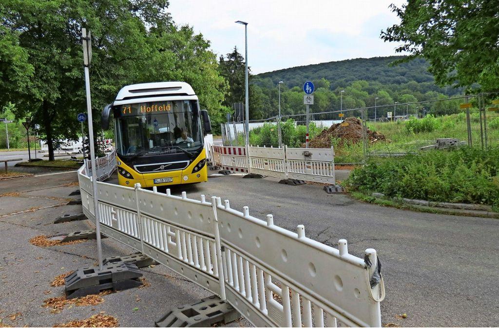 Busse und Autos statt Fußgänger und Radfahrer: Für die Dauer der Vollsperrung wurde der Fußweg am Pallotti-Areal zur breiten Straße umgebaut. Foto: Julia Bosch