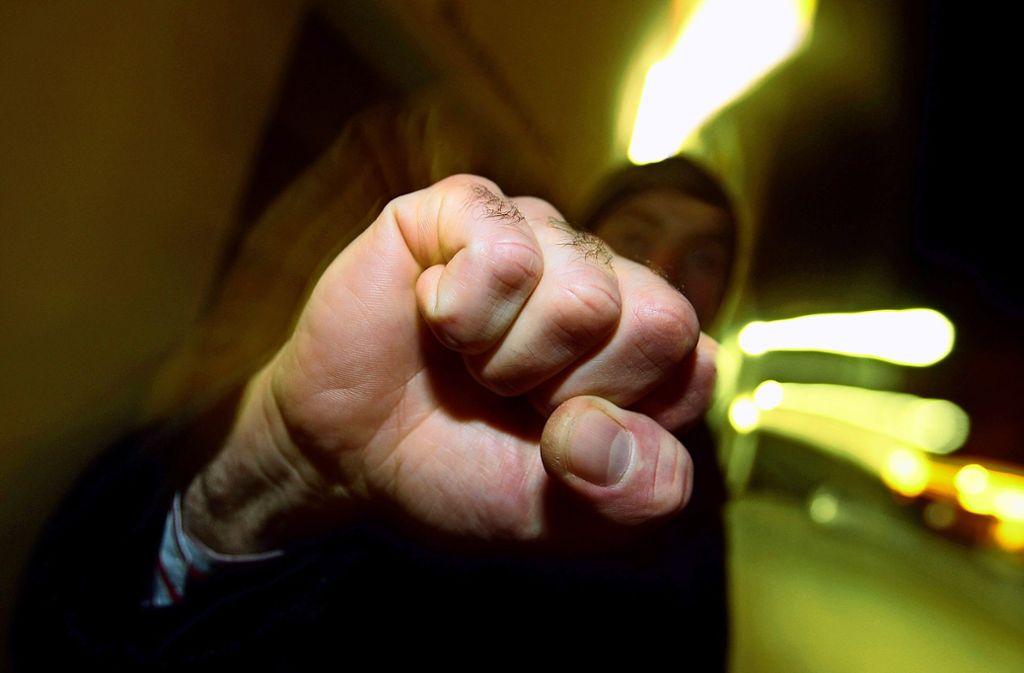 In der Öffentlichkeit fliegen immer öfter die Fäuste (Symbolbild). Foto: dpa/Karl-Josef Hildenbrand
