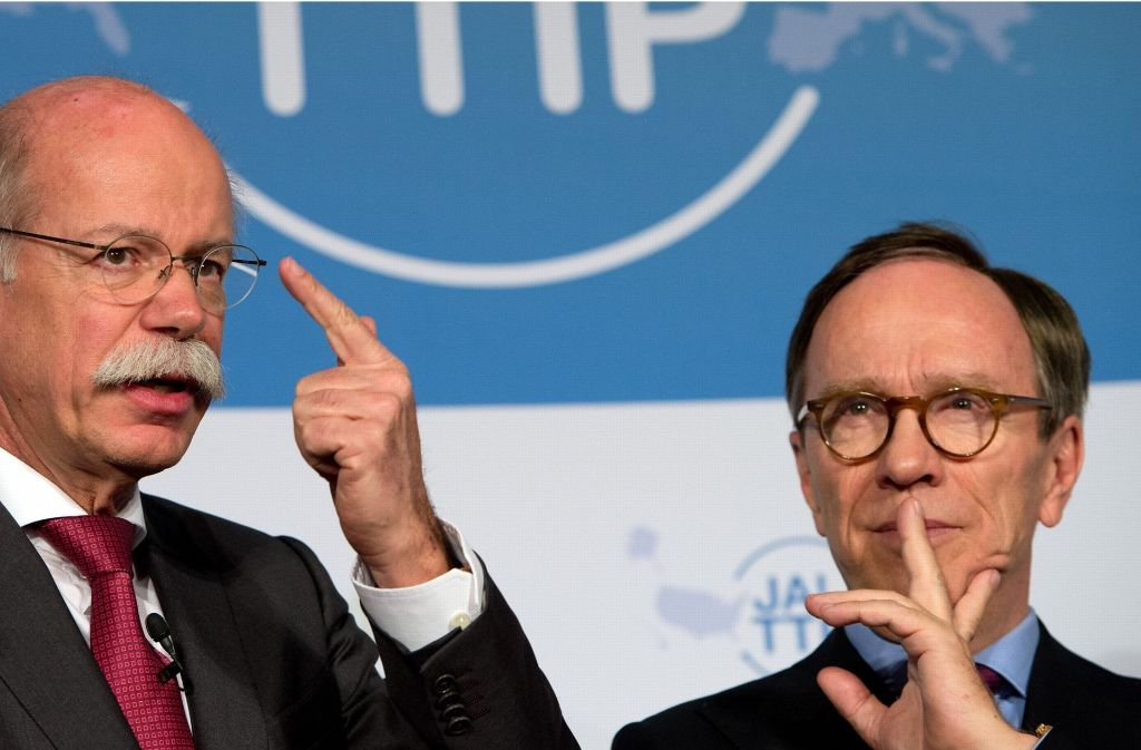 VDA-Präsident  Wissmann (re.) forderte einen Kulturwandel in den Autokonzernen – dass  er sich zum Ankläger erhob, verübelte ihm Daimler-Chef Zetsche. Das Foto zeigt die beiden bei einer Pressekonferenz in Berlin  im Januar 2015. Foto: dpa