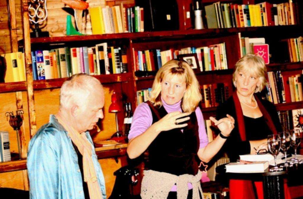 """Ein Thema, das alle angeht: der Notfallseelsorger Jonas Helbig und Moderatorin Marion Kadura (rechts) haben mit der Buchautorin Ines Geipel im Kinderhaus Büsnau über ihr Buch """"Der Amok-Komplex"""" gesprochen. Foto: Kai Müller"""