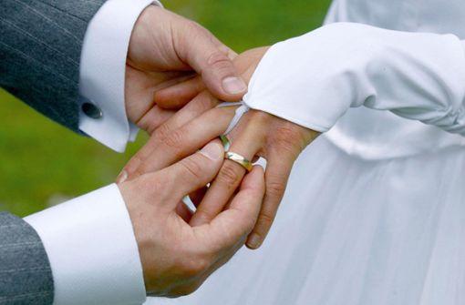 Hochzeitsgäste blockieren Kreuzung