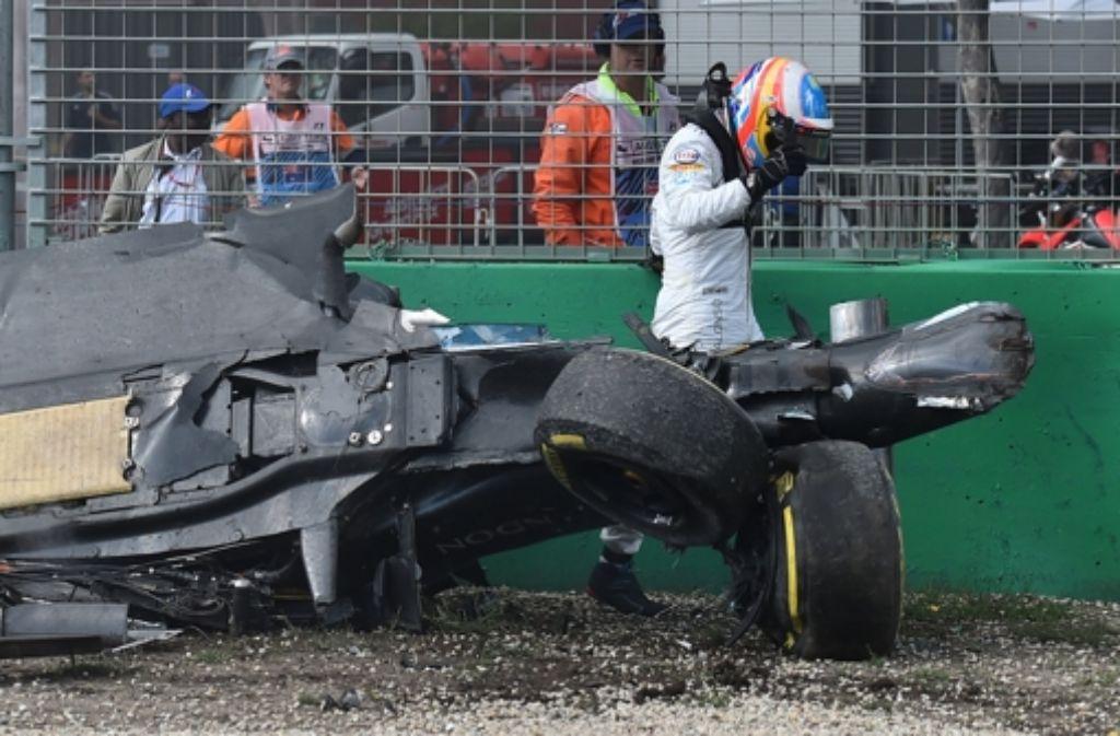 Fernando Alonso (Team McLaren) entsteigt am Sonntag seinem völlig zerstörten Rennauto. Beim Formel-1-Auftkat in Melbourne kollidierte er mit Esteban Gutierrez (Team Haas). Weitere Eindrücke vom Rennen zeigt die Fotostrecke. Foto: AP