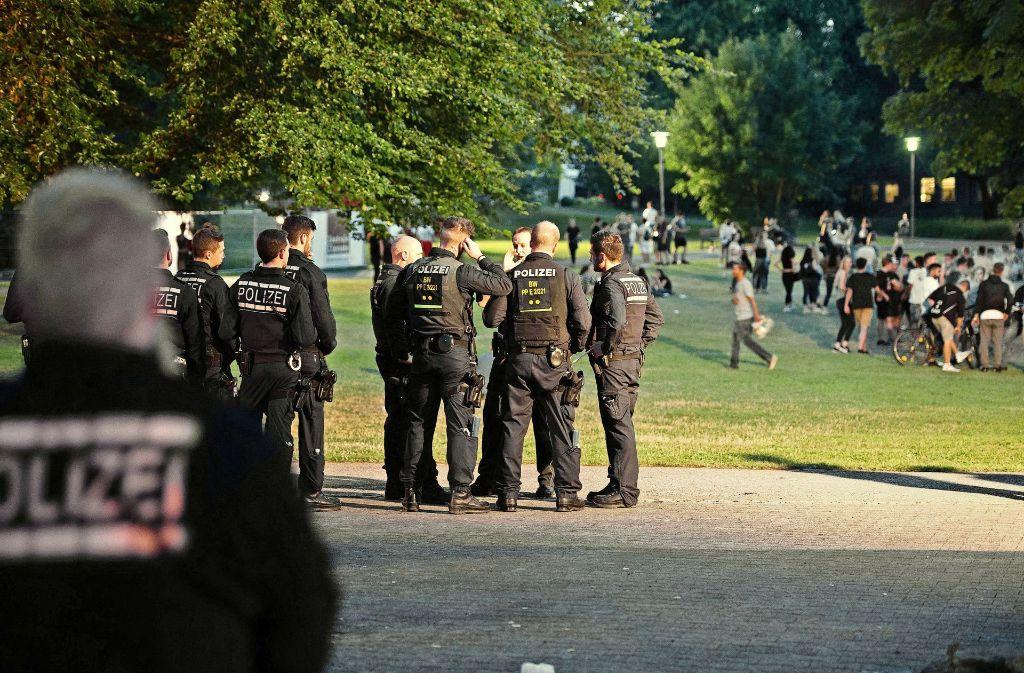 Vor dem Schorndorfer Schloss zeigte die Polizei nach Ausschreitungen während der Schowo 2017 verstärkte Präsenz. 2018 wird im Schlosspark wegen der Gartenschau-Vorbereitungen nicht mehr gefeiert. Foto: dpa