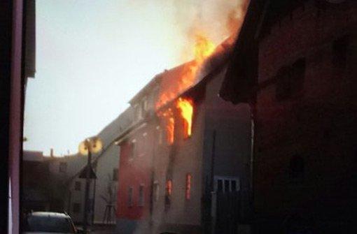 Wohnhausanbau lichterloh in Flammen