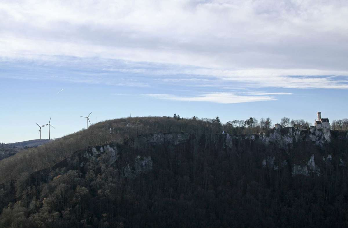 Nach einer Visualisierung des Projektunternehmens Sowitec sind vier der fünf Windräder in der Nähe des Schlosses Lichtenstein sichtbar. Foto: Sowitec