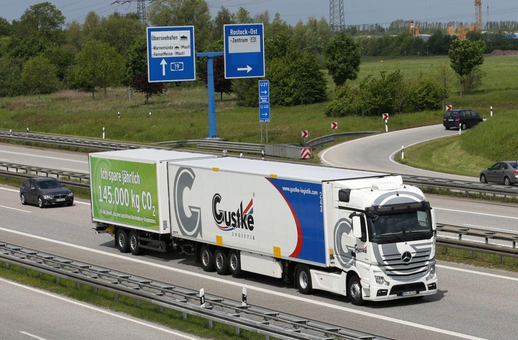 Schon heute dürfen auf bestimmten Strecken zu Testzwecken überlange Lkw fahren. Foto: dpa-Zentralbild