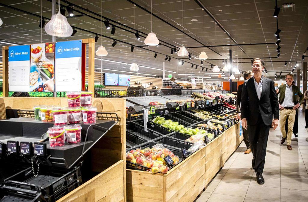 Der niederländische Regierungschef Mark Rutte, hier bei einem Rundgang in einem Supermarkt relativiert mit markigen Worten das vermeintliche Klopapier-Problem. Foto: AFP/Remko de Waal
