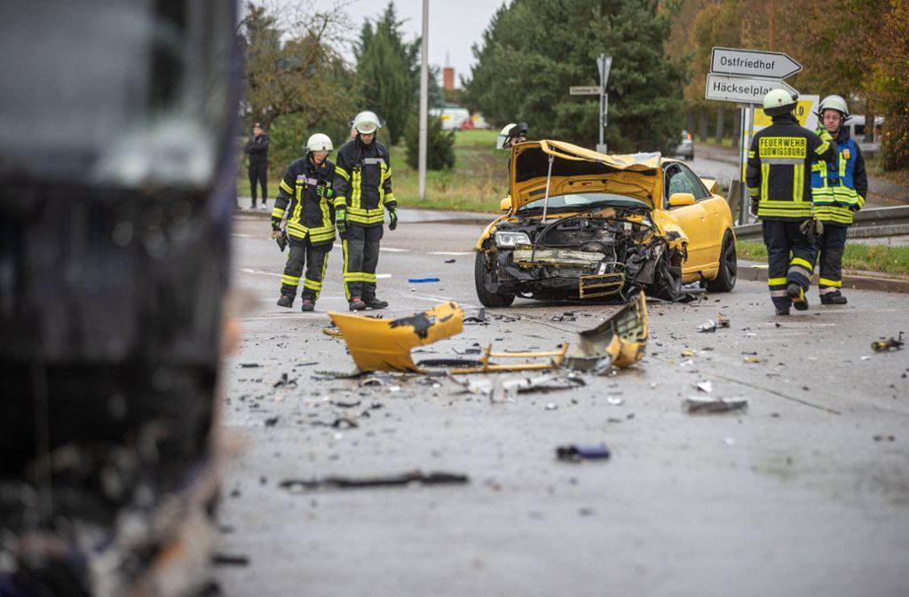 Bei dem Unfall stießen ein Audi und ein Linienbus zusammen.  Der Autofahrer wurde schwer verletzt. Foto: 7aktuell.de/Simon Adomat