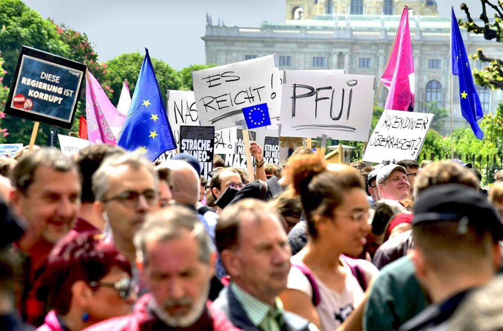 Empörung auf dem Wiener Ballhausplatz: Tausende Demonstranten fordern den Rücktritt der Regierung aus ÖVP und FPÖ. Foto: dpa/Herbert Neubauer