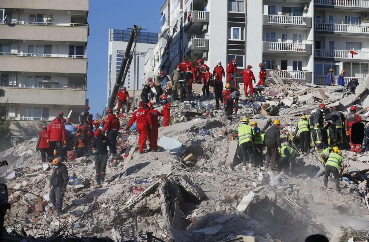 Nach dem schweren Erdbeben geht die Suche nach Überlebenden weiter. Foto: dpa/Darko Bandic