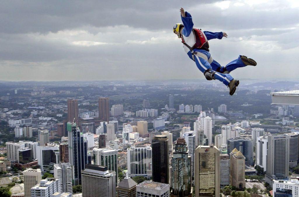 Im Mittelpunkt von Julia von Lucadous Roman steht ein Star der Skydiving-Szene. Hier springt der Ungar Tamas Sztojcsev von den Petronas Twin Towers der malaysischen Hauptstadt Kuala Lumpur. Foto: EPA