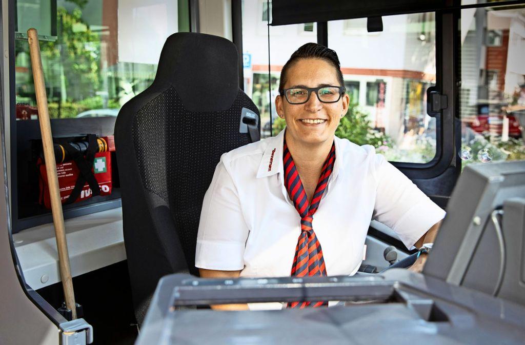 Glückliche Busfahrerin des Jahres: Sabrina Hausmann ist vom VVS ausgezeichnet worden. Foto: Frank Eppler