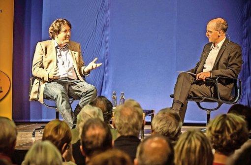 Christopher Ziedler (li.) stellte sich den Fragen Rainer Pörtners und der Leser. Foto: