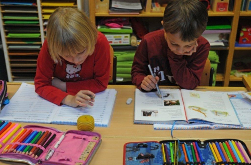 Grundschüler in Baden-Württemberg werden auch weiterhin die Schreibschrift lernen müssen. Foto: dpa