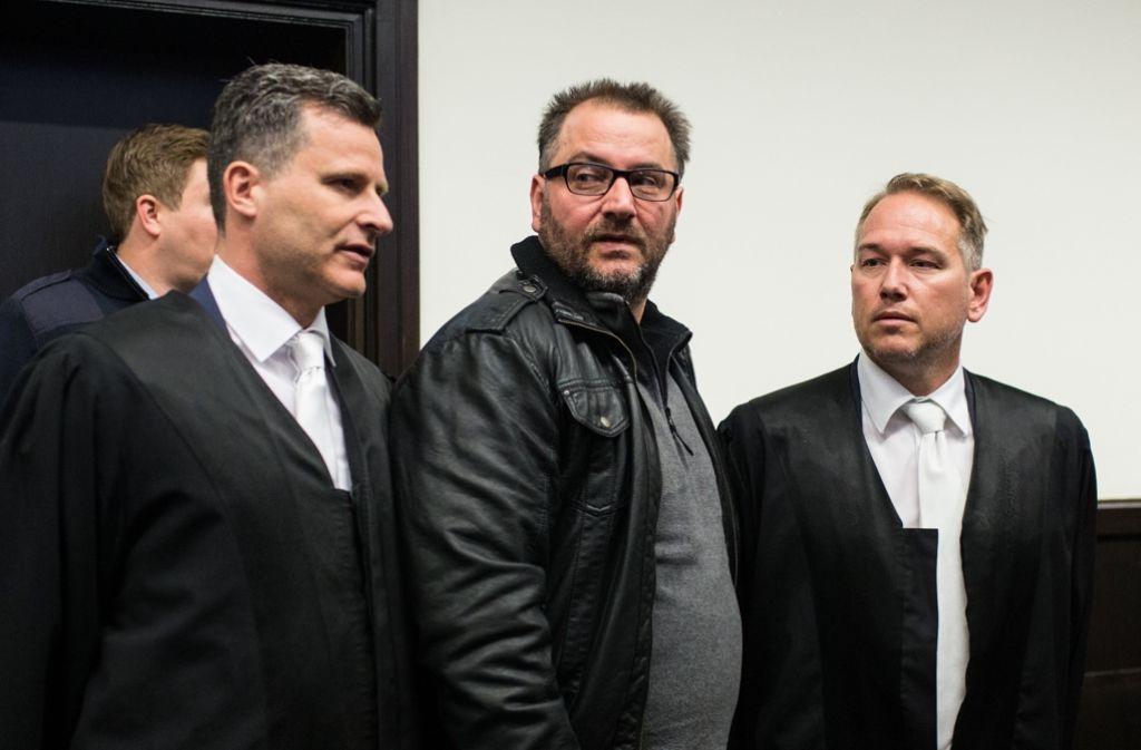 Der Angeklagte Wilfried W. (Mitte) im Landgericht in Paderborn. Foto: dpa